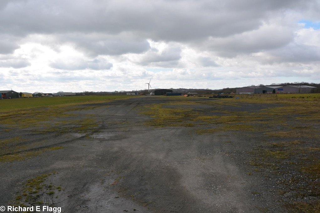 008Runway 09:27. Looking west from the runway 18:36 intersection - 7 March 2016.png