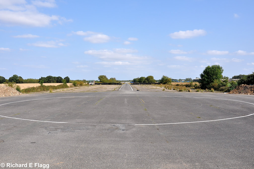 001Runway 08:26. Looking east from the runway 08 threshold - 18 September 2009.png